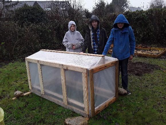 Club jardin : La nouvelle serre est en place - Collège KERVIHAN